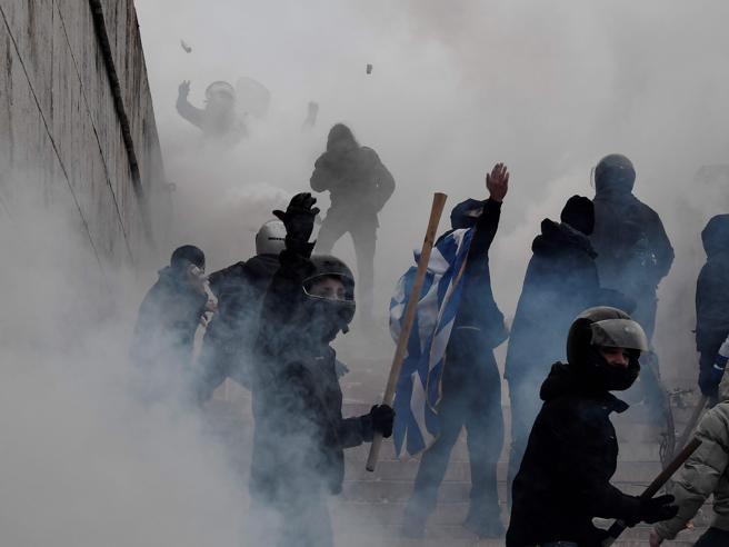 Accordo Grecia-Macedonia, ad Atene scontri e proteste Foto