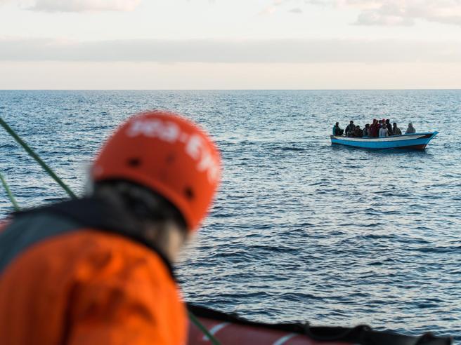 Migranti, altro barcone in avaria: in 100 a bordo: «Stanno
