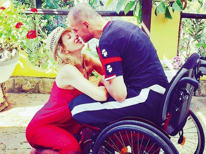 Alfio e la fisioterapista che gli ha insegnato a camminare di nuovo. «La voglio sposare»
