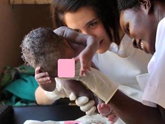 Cercano ostetrica per lavorare gratis in Uganda, ne trovano 60