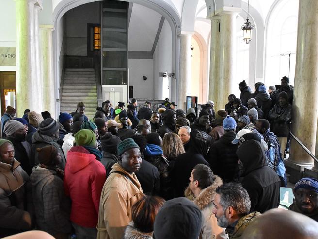 Muore in ospedale, viene sepolto  Protesta dei senegalesi: «Non ci hanno avvisati: ridateci il corpo»