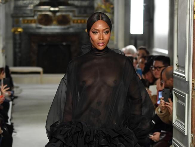 Naomi Campbell sfila per Valentino a Parigi e si commuove