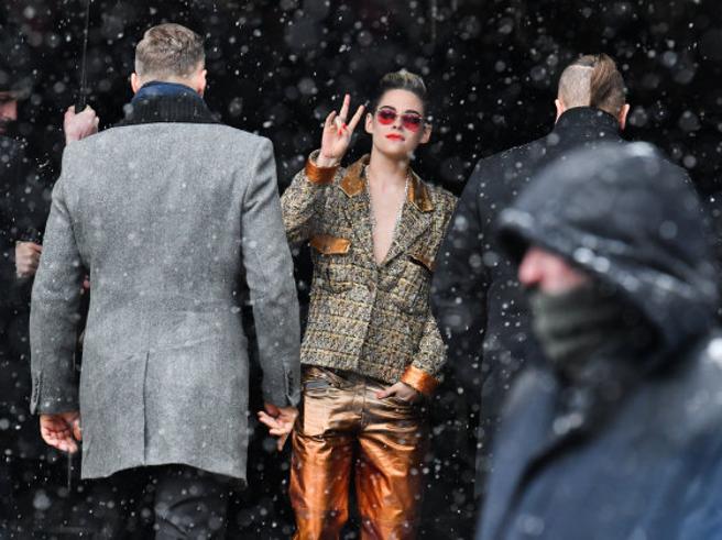 Da Chiara Ferragni a Kristen Stewart: 10 star che sfidano il gelo a Parigi