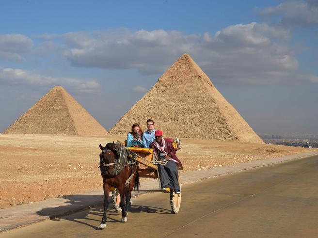 Le ruspe di Al Sisi: «Via le case abusive  intorno alle Piramidi»