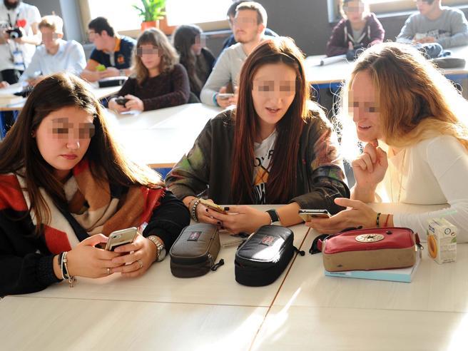 Scuola, cellulari vietati in classe per alunni e prof. Torna l'educazione civica