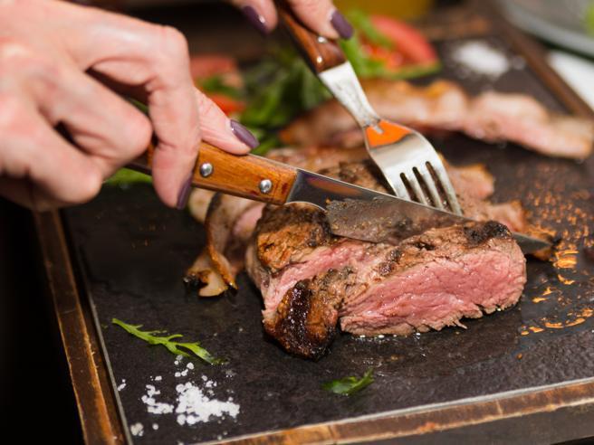 Che cosa succede al tuo corpo quando mangi troppa carne rossa