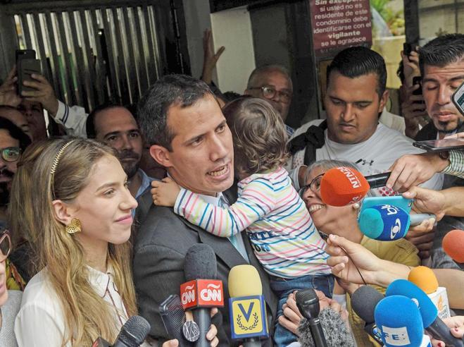 Nel bunker dell'opposizione arriva l'sms di Guaidó   «Minacciano mia moglie»