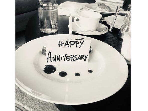 Anniversario Matrimonio Auguri Romantici : Carla bruni il romantico post per lanniversario di nozze con