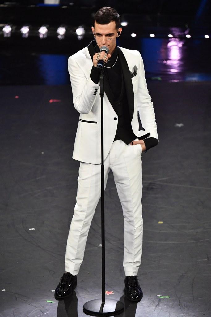 Bianco e nero per Achille Lauro che veste Carlo Pignatelli. I particolari  come il risvolto della giacca e le aperture delle tasche 2e8144d07632