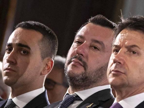 """Il <span class='titoloblu'/>governo e i giochi di potere""""/></figure>    <p></p>    <p> <strong>La tenuta del governo gialloverde è, almeno in apparenza, un mistero</strong>.  Un mistero gaudioso. Certamente lo è per Salvini che avviò una  fortunata campagna elettorale esibendo rosario e Vangeli. Ma un po'  anche per Di Maio che affida le proprie speranze alla carta plastificata  del reddito di cittadinanza. Esibita come fosse una prodigiosa reliquia  laica. Non è un mistero invece il consenso che ancora il governo Conte,  a dispetto di tutto – e l'elenco sarebbe davvero lungo – ottiene  secondo i sondaggi. Gioca da solo. L'opposizione è inesistente.</p>    <p>Almeno  per ora. L'elettore potenziale non ha davanti a sé una solida e  credibile alternativa. E non può inventarsela per rispondere a un  sondaggio. Si rifugia nel «non so». Si astiene. Dunque, il principale e  addirittura insperato vantaggio per una maggioranza divisa su tutto è  quello di esprimere una sorta di bipolarismo di governo. Di racchiudere  al proprio interno due alternative politiche ogni giorno sempre più  distanti e contrapposte. E ciò autorizza Lega e Cinque Stelle ad essere –  ancora di più con l'avvicinarsi di una lunga sequenza di consultazioni  elettorali – contemporaneamente di lotta e di governo. Più a loro agio  nella attività febbrile della prima che nell'esercizio noioso e  riflessivo del secondo. Ogni giorno sembra in larga parte dedicato a  trovare gli elementi di divisione più che le necessarie opportunità di  compromesso. </p>    <div style="""