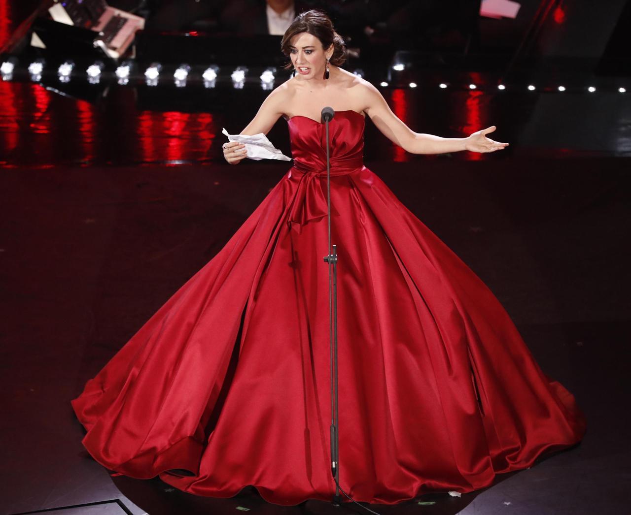 Rosso e super voluminoso il secondo abito di Virginia Raffaele firmato  Atelier Emé. Uno stile completamente diverso da quello nero e un po   esagerato 06ef5dc23b3
