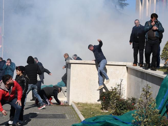 L'opposizione assalta la sede del governo a Tirana per chiedere nuove  elezioni|Foto