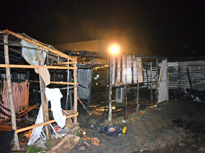 Migranti, incendio nella tendopoli di San Ferdinando: un  morto. Salvini: «Faremo lo sgombero»