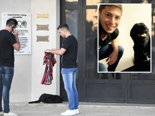 Nala, la cagnolina di Emiliano Sala veglia fuori dalla chies