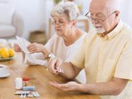 «Nonno ti sei ricordato le pillole?» Troppi anziani non seguono le cure