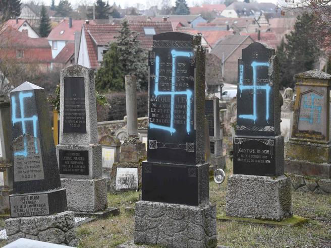 Svastiche sulle tombe di un cimitero ebraicoLe immagini