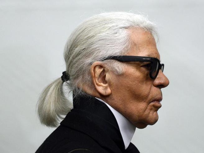 È morto Karl Lagerfeld, lo stilista aveva 85 anni