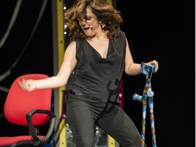 Antonella Ferrari: «In scena a teatro con le stampelle, la mia sfida alla sclerosi multipla»