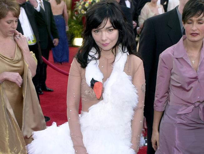 Oscar, troppe piume, pizzi e... carte di credito: gli abiti più strani della storia degli Academy Awards Foto