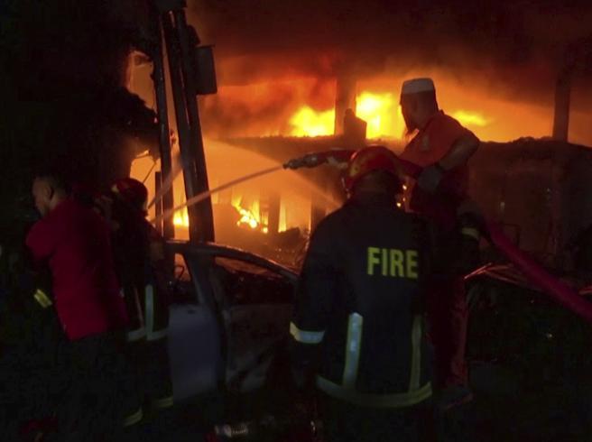 Maxi incendio a Dacca, almeno 56 i morti