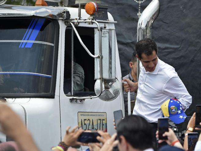 Venezuela, Maduro fa incendiare i camion con gli aiuti. Scontri e morti