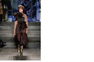 Copricapi naturali adornano le teste delle modelle che si vestono a festa  per la domenica 5f8606fb14a