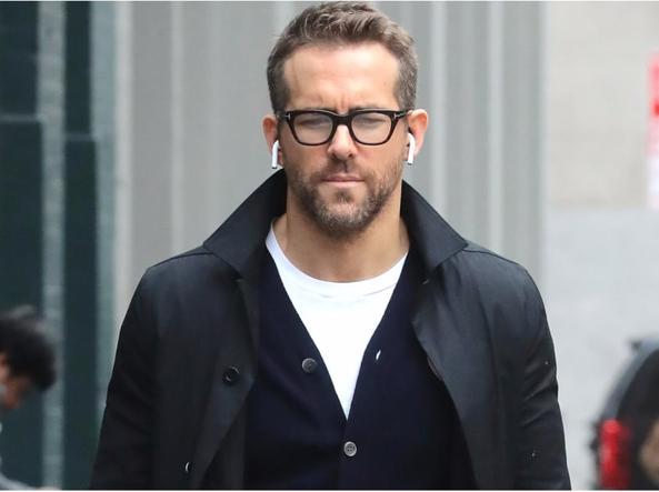 Ryan Reynolds con le AirPods