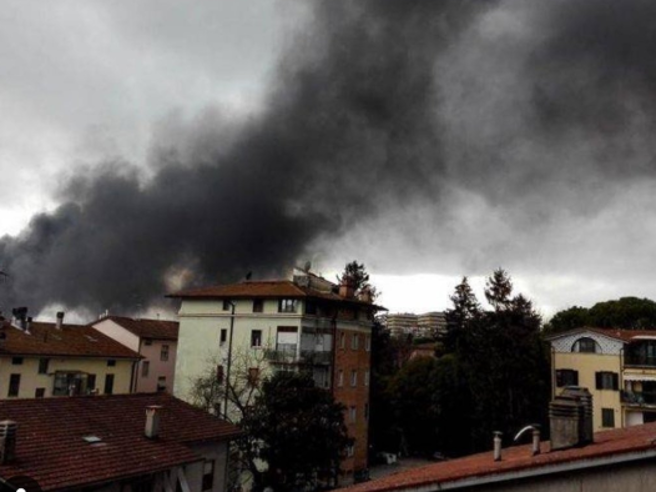 Perugia, colonna di fumo per un incendio in un capannone Video