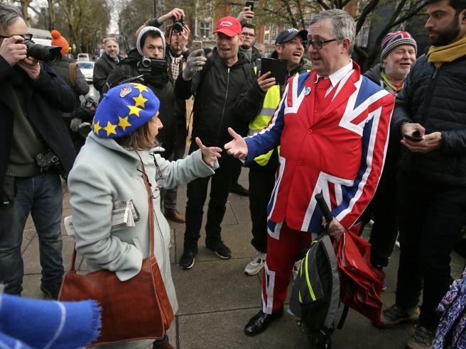 Brexit,  respinta la  nuova proposta MayOra due soluzioni: «no deal» o rinvio Il 29 marzo si avvicina: cosa può accadere
