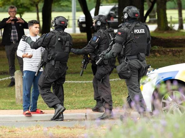 La polizia sul luogo della strage a Christchurch (Epa)