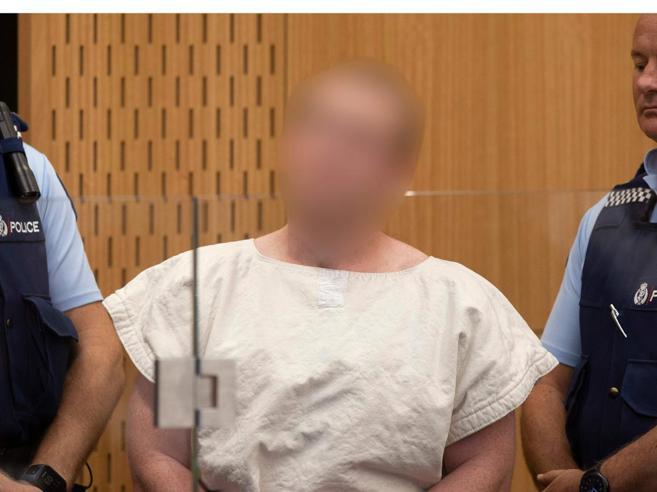 Nuova Zelanda, il ghigno di Tannant  in tribunale, ammanettato e a piedi nudi