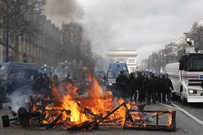Parigi, i gilet jaune saccheggiano e devastano i negozi sugli Champs Elysées