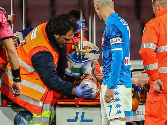 Napoli, paura per Ospina, batte la testa e si accascia in campo lontano dall'azione
