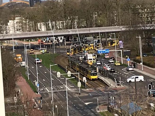 Utrecht, catturato dopo 7 ore il killer che ha ucciso tre persone sul tram Foto|Video