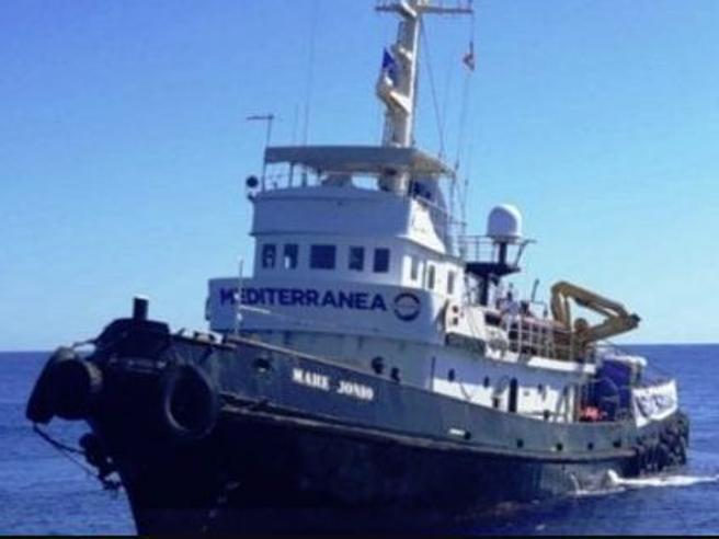 Ong soccorre barcone con 50 migranti Salvini: «I porti erano e restano chiusi»