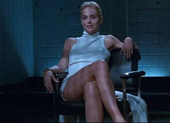 «Basic Instinct» stasera su Iris : Sharon Stone prese a schiaffi il regista e altre 4 cose che non sapete sul film