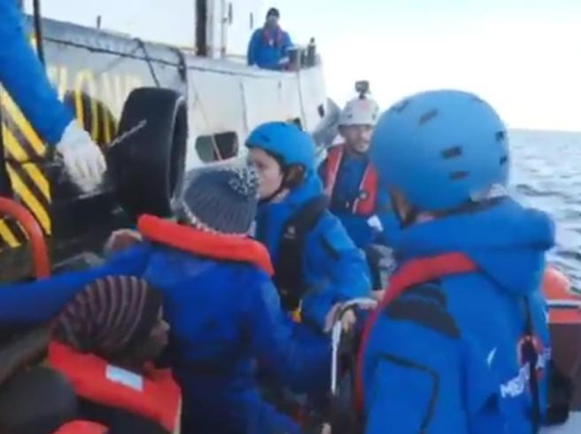 La Ong Mare Jonio soccorre 49 migranti, è già davanti a Lampedusa. Salvini: «Conto vengano arrestati»