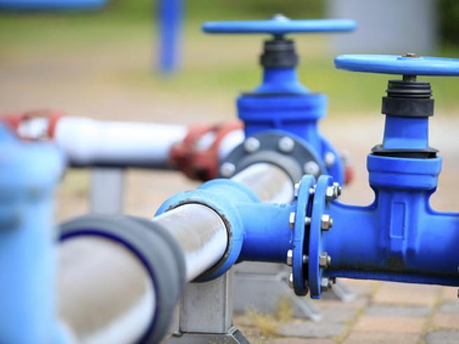 La battaglia per l'acqua pubblica«Più mercato e il Pil sale dello 0,3%»