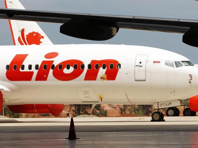 Il Boeing precipitato in Indonesia e quel volo di qualche ora prima: pilota fuori servizio evitò  tragedia