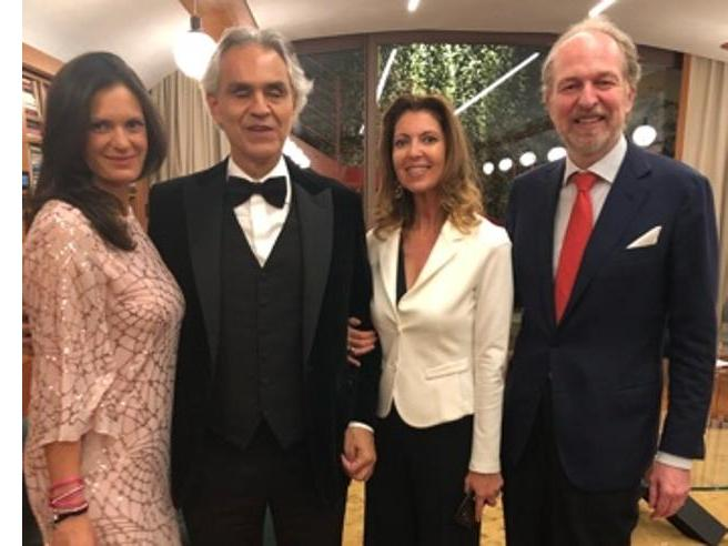 Andrea Bocelli e il canto libero (a sorpresa) con Mario Lavezzi per il «Cenacolo»