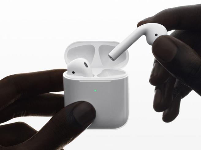 Apple lancia le nuove AirPods: ricarica wireless ed «Ehi Siri»