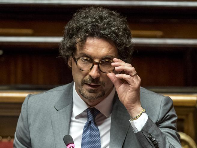 Il ministro Toninelli: «La targa delle auto diventerà portabile»