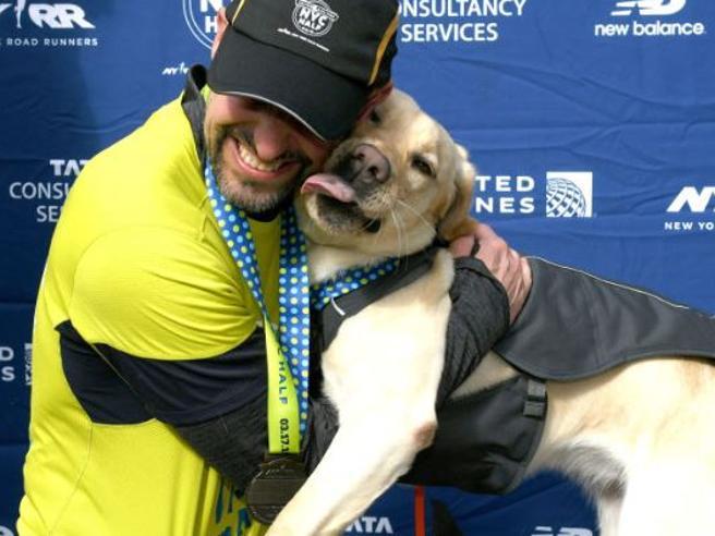 Thomas, il primo non vedente a correre la mezza maratona di New York con tre cani guida