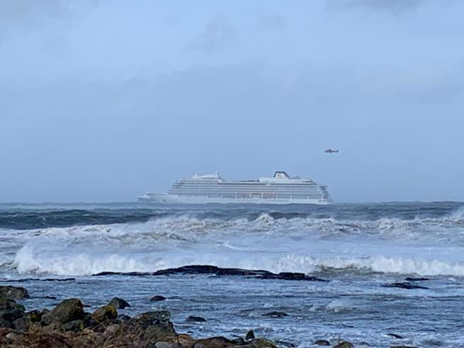 I 1.300 sulla nave da crociera alla deriva: salvataggio in corso