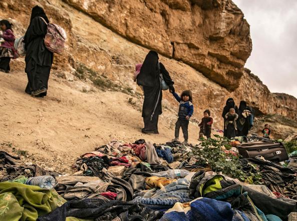 Donne e bambini in fuga da Baghouz (Delil Souleiman /Afp)