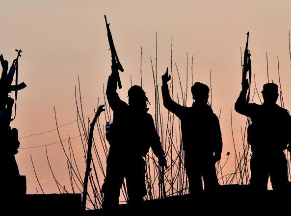 Soldati curdi festeggiano la vittoria (Giuseppe Cacace/Afp)
