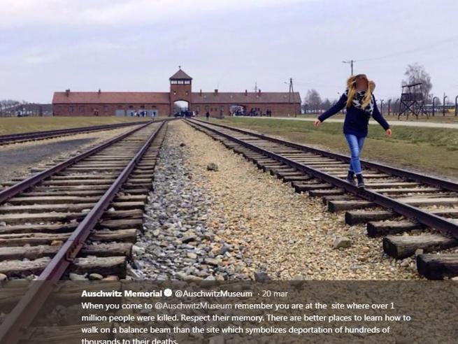 Basta con i selfie ad Auschwitz: «Sono offensivi verso le vittime»