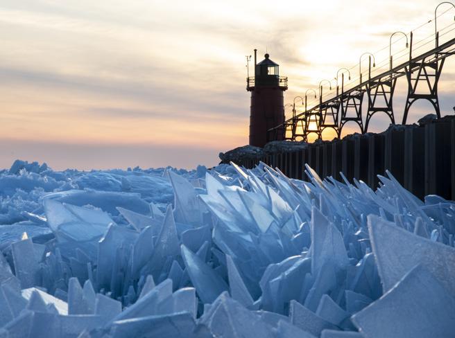 Il lago Michigan ghiacciato si frantuma in milioni di pezzi foto