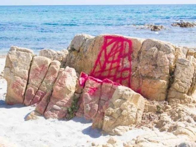 Sardegna, vandali deturpano le rocce di Cala Giglio con la vernice spray