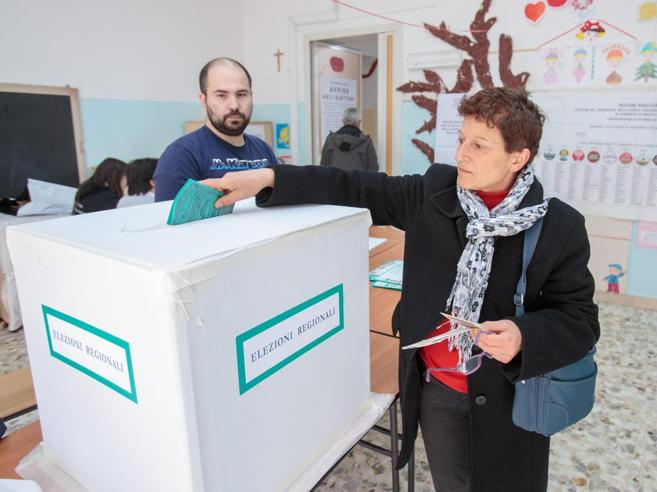 Regionali, urne chiuse in Basilicata Alle 19  affluenza al 39,7 per cento